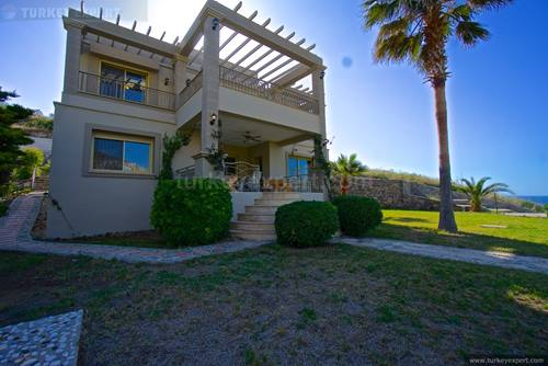 Detached villa right on the beach in Yalikavak Bodrum