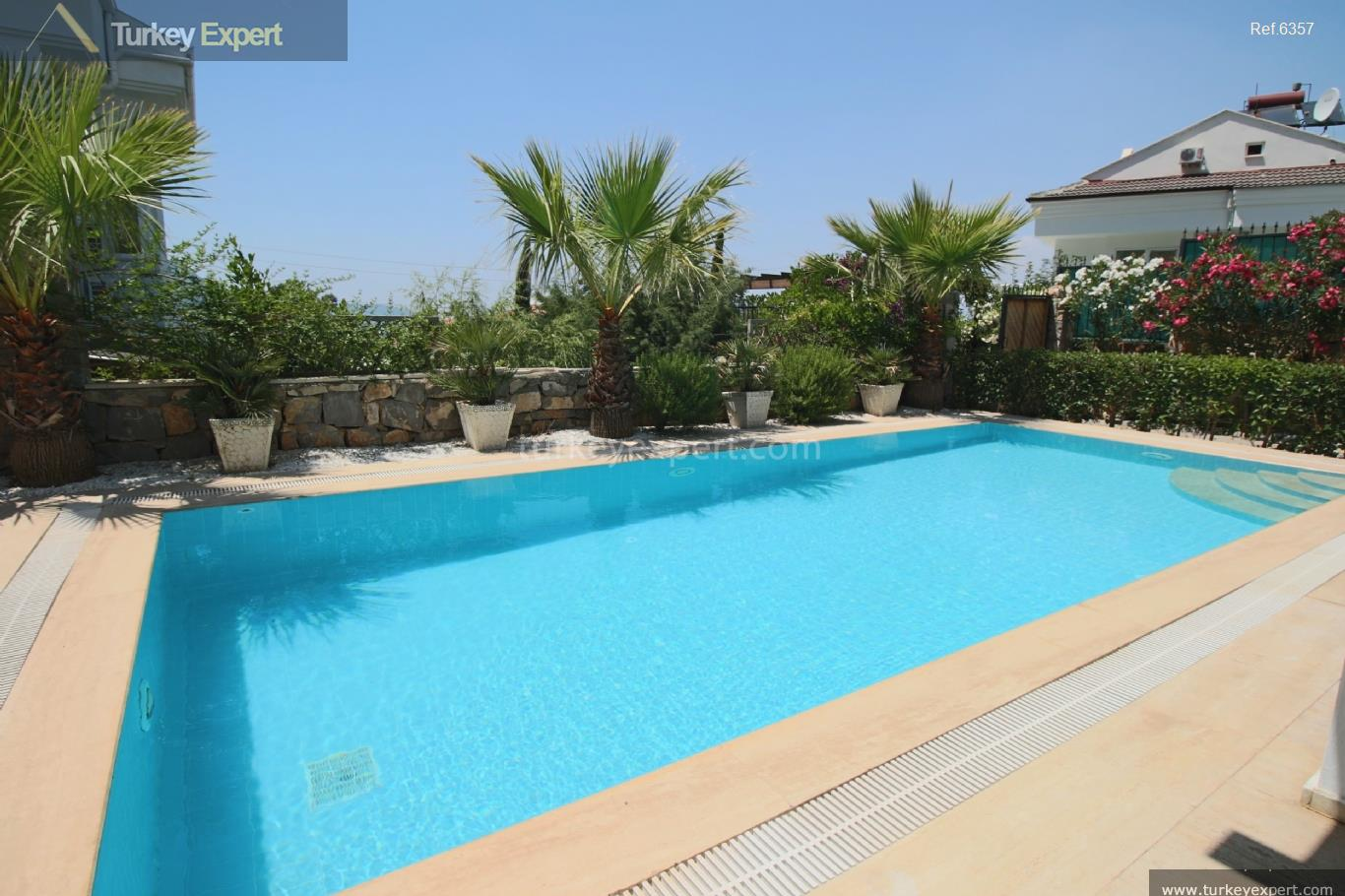 exclusive villa with swimming pool12
