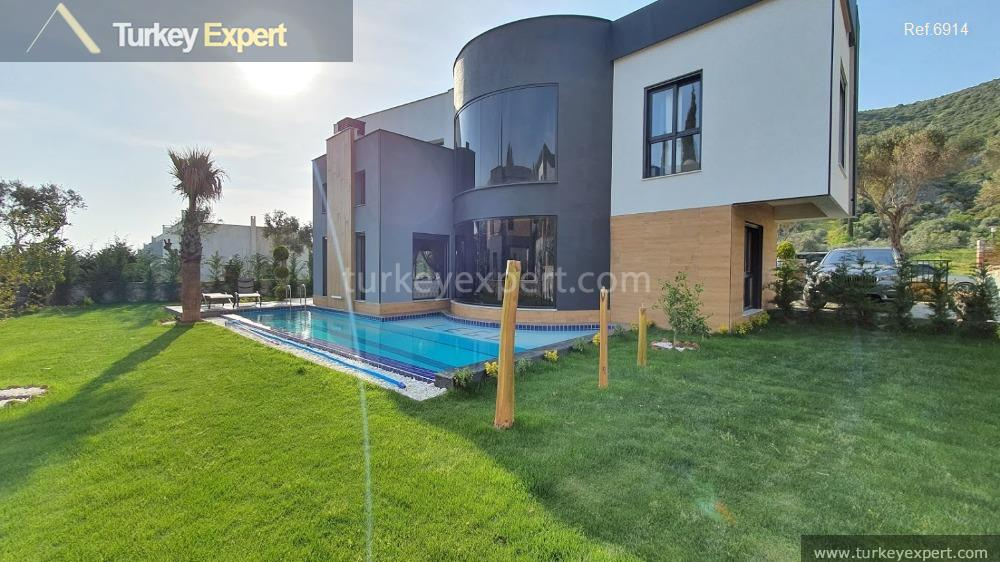 very luxurious detached villa with4